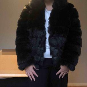 Fluffy Fur Jacket från NELLY, en kort jacka i mjuk pälsimitation med hög krage, fodrad och med fickor i sidan!   Använd några få gånger, säljes då den bara hänger i garderoben! Nypris 800kr  ❤️350kr ink frakten❤️