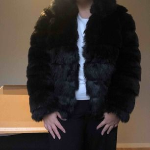 Fluffy Fur Jacket från NELLY, en kort jacka i mjuk pälsimitation med hög krage, fodrad och med fickor i sidan!   Använd några få gånger, säljes då den bara hänger i garderoben! Nypris 800kr  ❤️300 ink frakten❤️