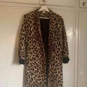 En leopardmönstrad kappa från hm, strl 38. ÄLSKAR modellen men säljer pga att jag aldrig använder den. (😭)