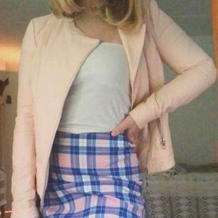 Säljer denna jättefina rosa jackan i läderimitation som tyvärr inte är min stil längre. Den har endast användas under en säsong och är i mycket bra skick. Frakt tillkommer men kan mötas upp i Alingsås eller Göteborg