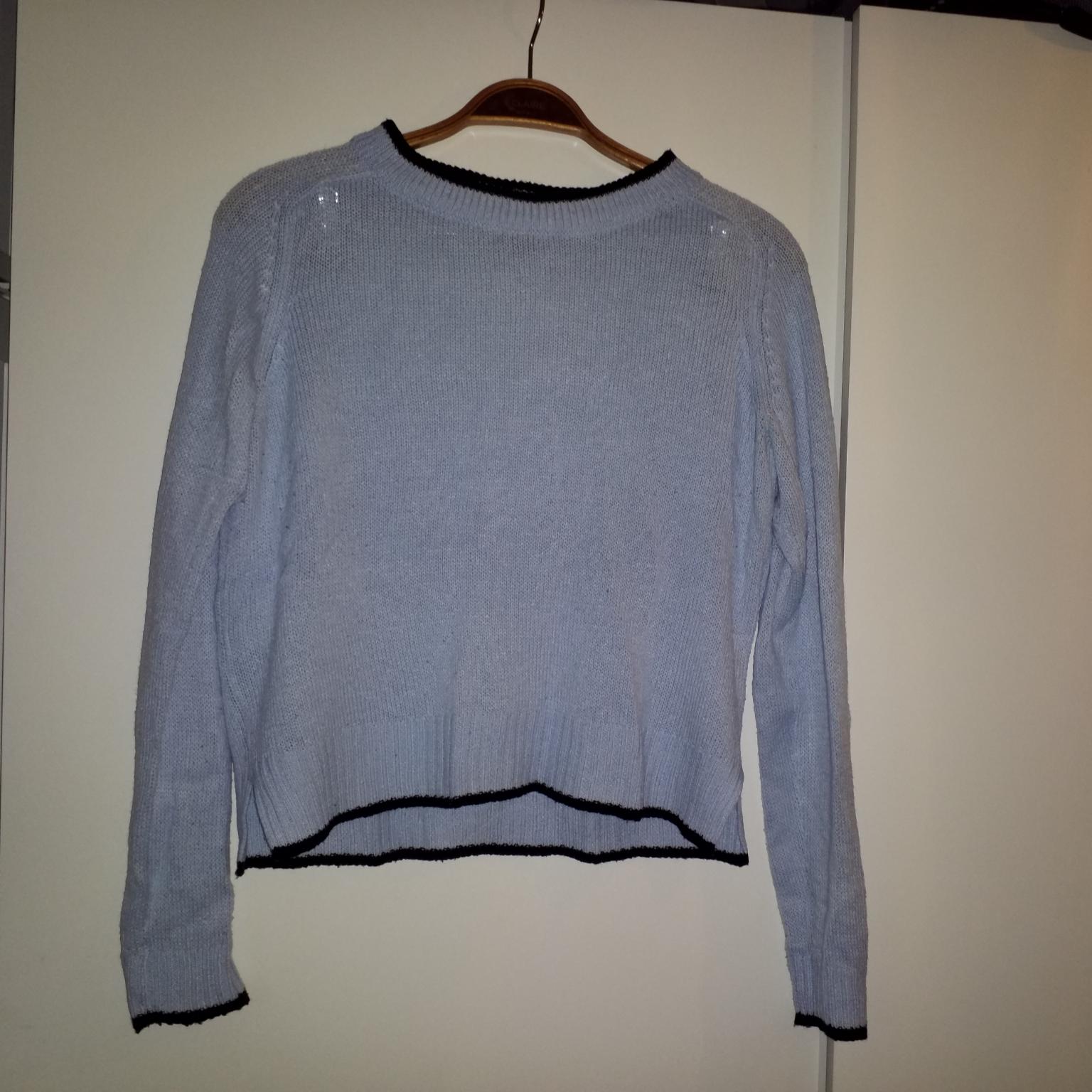 Kort stickad tröja i ljusblått. Tröjor & Koftor.