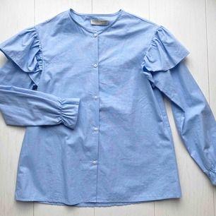 Blå skjorta med volang på ärmen från ZARA kids, Strl 164 motsvarar i vuxenstorlek XS. Nyskick! Frakt 30 kr Ord pris. Ca 300 kr  OBS. Skickas endast med post alltså har ej möjlighet att mötas upp, köparen står för frakt.
