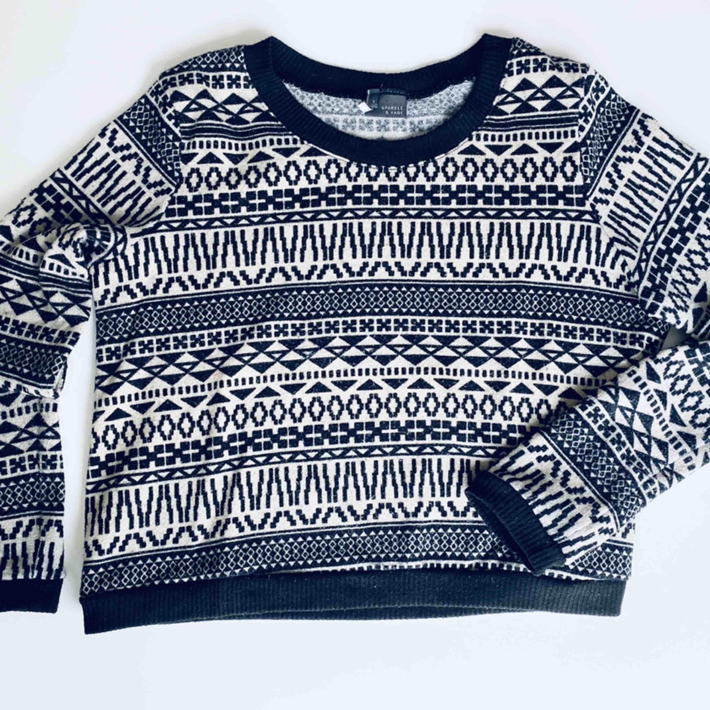 Vit- och svartmönstrad tröja från Urban Outfitters i Strl S, modell som är kortare nedtill. Fint skick! Frakt 45 kr. Ord pris. Ca 500 kr.  Skickas endast per post, möjlighet till att mötas upp finns ej, köparen betalar frakt.. Tröjor & Koftor.