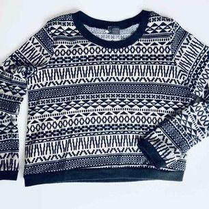 Vit- och svartmönstrad tröja från Urban Outfitters i Strl S, modell som är kortare nedtill. Fint skick! Frakt 45 kr. Ord pris. Ca 500 kr.  Skickas endast per post, möjlighet till att mötas upp finns ej, köparen betalar frakt.