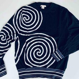 Svart tröja med vitt mönster från HM Trend, Strl 34. Nyskick! Frakt 45 kr Ord pris. Ca 500 kr  OBS. Skickas endast per post, möjlighet till att mötas upp finns alltså inte, köparen betalar frakten.