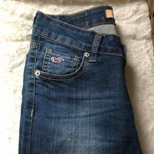 Hollister jeans i rak modell.