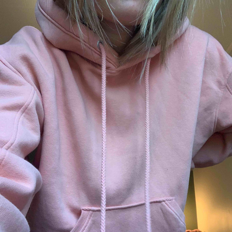 En jättefin och framförallt bekväm hoodie från weekday, strl XS men skulle säga att den passar alla från XS-L. . Huvtröjor & Träningströjor.