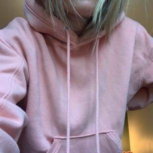 En jättefin och framförallt bekväm hoodie från weekday, strl XS men skulle säga att den passar alla från XS-L.