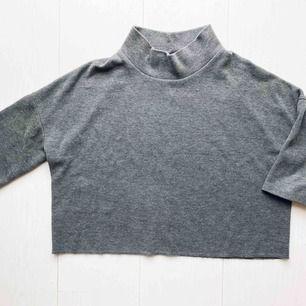 Grå tröja med polokrage från ZARA, Strl S. Nyskick! Frakt 30 kr Ord pris ca 350kr.   Skickas endast per post, finns ej möjlighet att mötas upp, köparen betalar frakt.