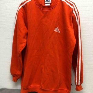 skitsnygg orange adidas vintage sweatshirt. knappt använd av mig. kan skicka fler bilder. möts upp i kalmar annars står köpare för frakt. pris är förhandlingsbart