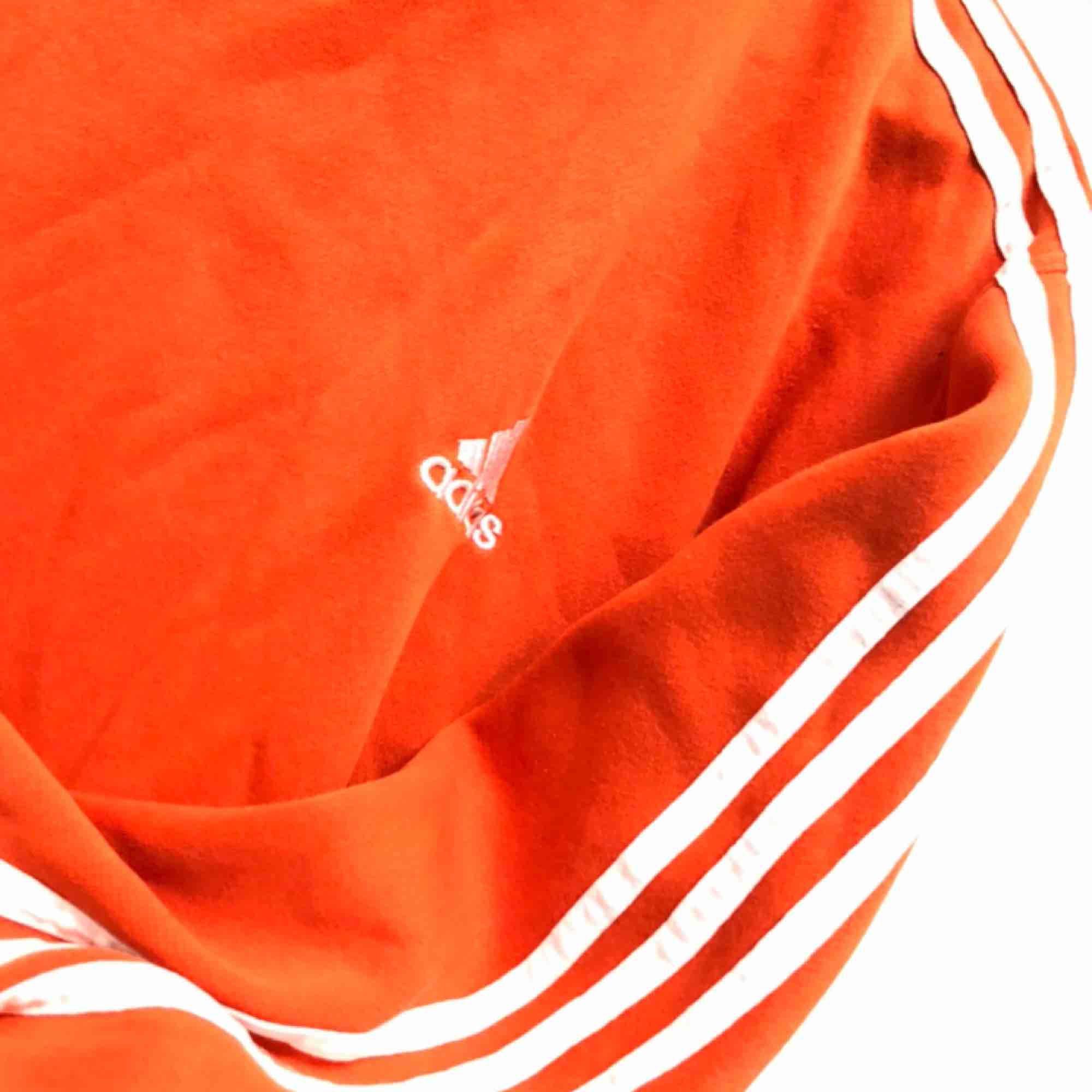 skitsnygg orange adidas vintage sweatshirt. knappt använd av mig. kan skicka fler bilder. möts upp i kalmar annars står köpare för frakt. pris är förhandlingsbart. Huvtröjor & Träningströjor.