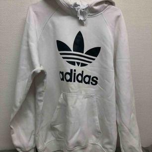 äkta vit mysig adidas hoodie, knappt använd av mig. kan skicka fler bilder. möts upp i kalmar annars står köpare för frakt. pris är förhandlingsbart