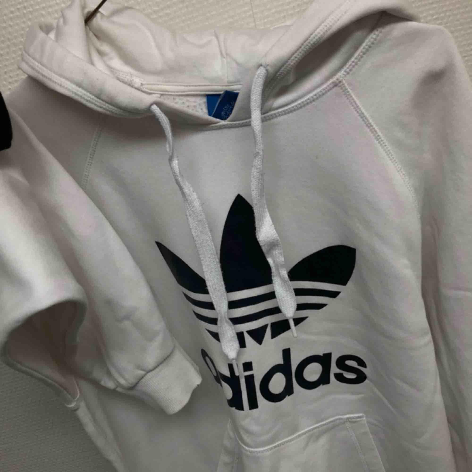 äkta vit mysig adidas hoodie, knappt använd av mig. kan skicka fler bilder. möts upp i kalmar annars står köpare för frakt. pris är förhandlingsbart. Huvtröjor & Träningströjor.