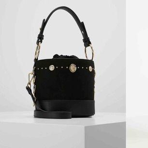 """Topshop """"Bianca stud bucket"""" - handväska Väskan köptes sommaren 2018 och har använts flertal gånger. Väskan har inga defekter, den är i väldigt bra skick! Som ny kostar den 349:- men jag säljer den för 220:- (inklusive frakt)"""