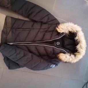 Svea jacka köpt förra vintern i jätte fint skick inga skavanker. Fusk päls. Köpt för 1295kr