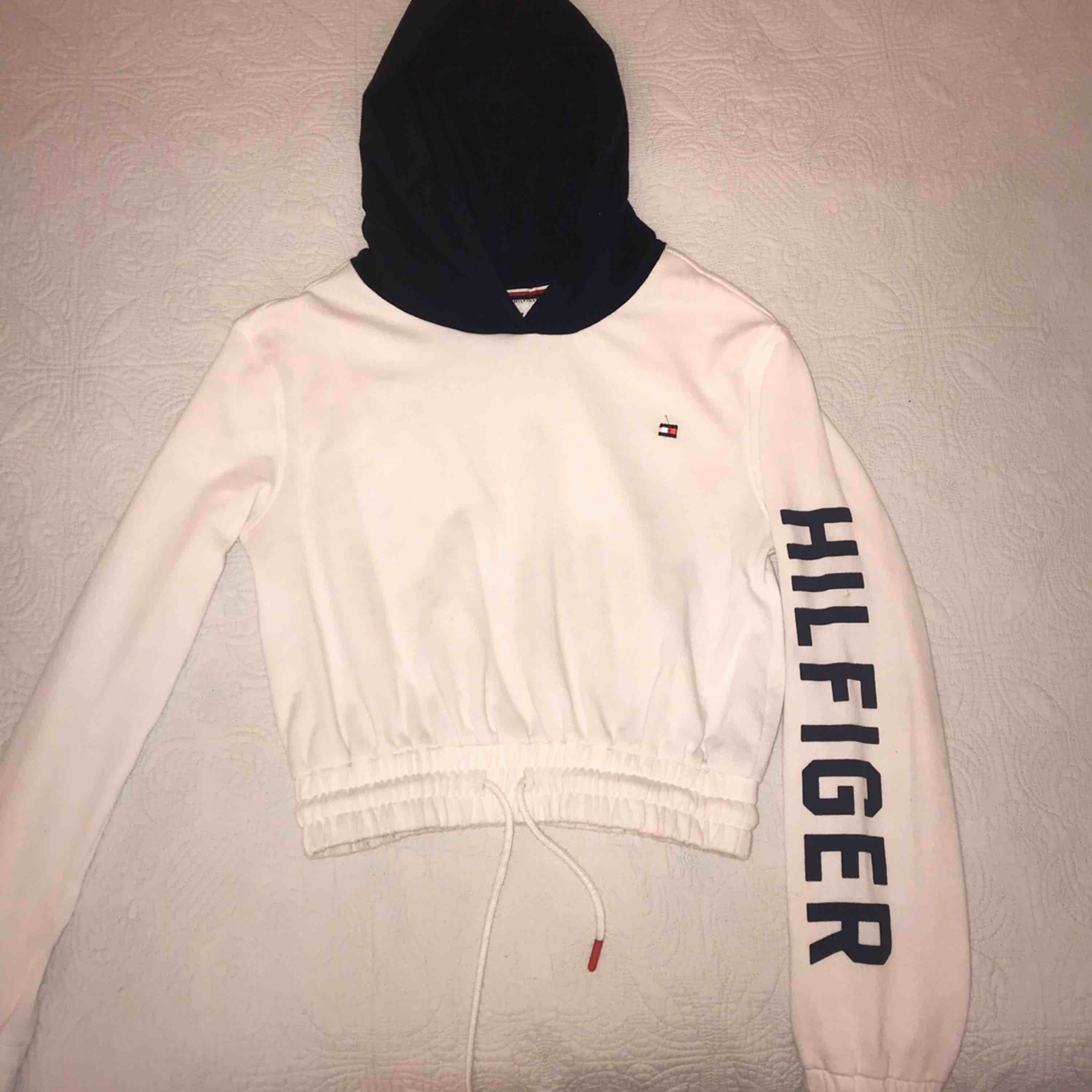 Cropped Tommy Hilfiger sweater in size XS but also fits S. Only worn a few times. Meet up in Stockholm or pay for shipping🤩 (I take swish). Tröjor & Koftor.