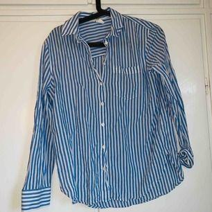 Blå/vit randig skjorta från hm, strl 36