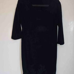 Svart klänning med detaljer från hm. Strl M