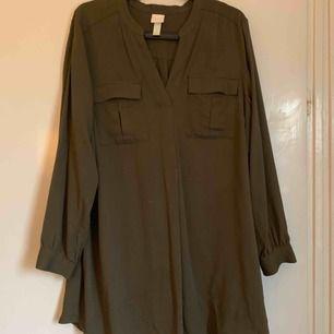 Khakifärgad klänning från hm. Strl 38