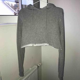 Avklippt grå hoodie från Lager 157, Storlek S, aldrig använd, nypris 300kr, köparen står för frakt