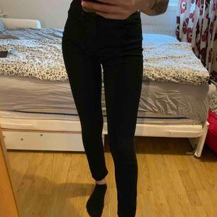 Svarta jeans, vet inte vart dom är ifrån men väldigt snygga och säljer pga köpt nya. Storlek W25/L32 motsvarar XS/S.