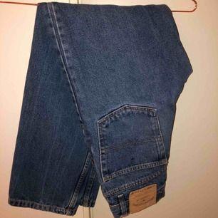 Väldigt fina jeans i bra fit från Jacksonville. Passar en 34/36! Sitter tight över låren och rakt nedtill på mig som är 36. Skickar gärna fler bilder på förfrågan :)