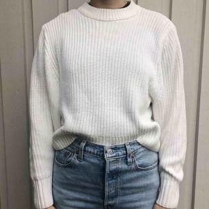 En vit stickad tröja i otroligt bra skick! Väldigt mysig och inte alls stickig! Köparen står för frakten🥰