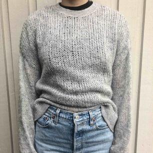 En mycket skön och mysig stickad tröja! Relativt tunn men snygg med en tröja under också! Inte stickig och köparen står för frakten🥰