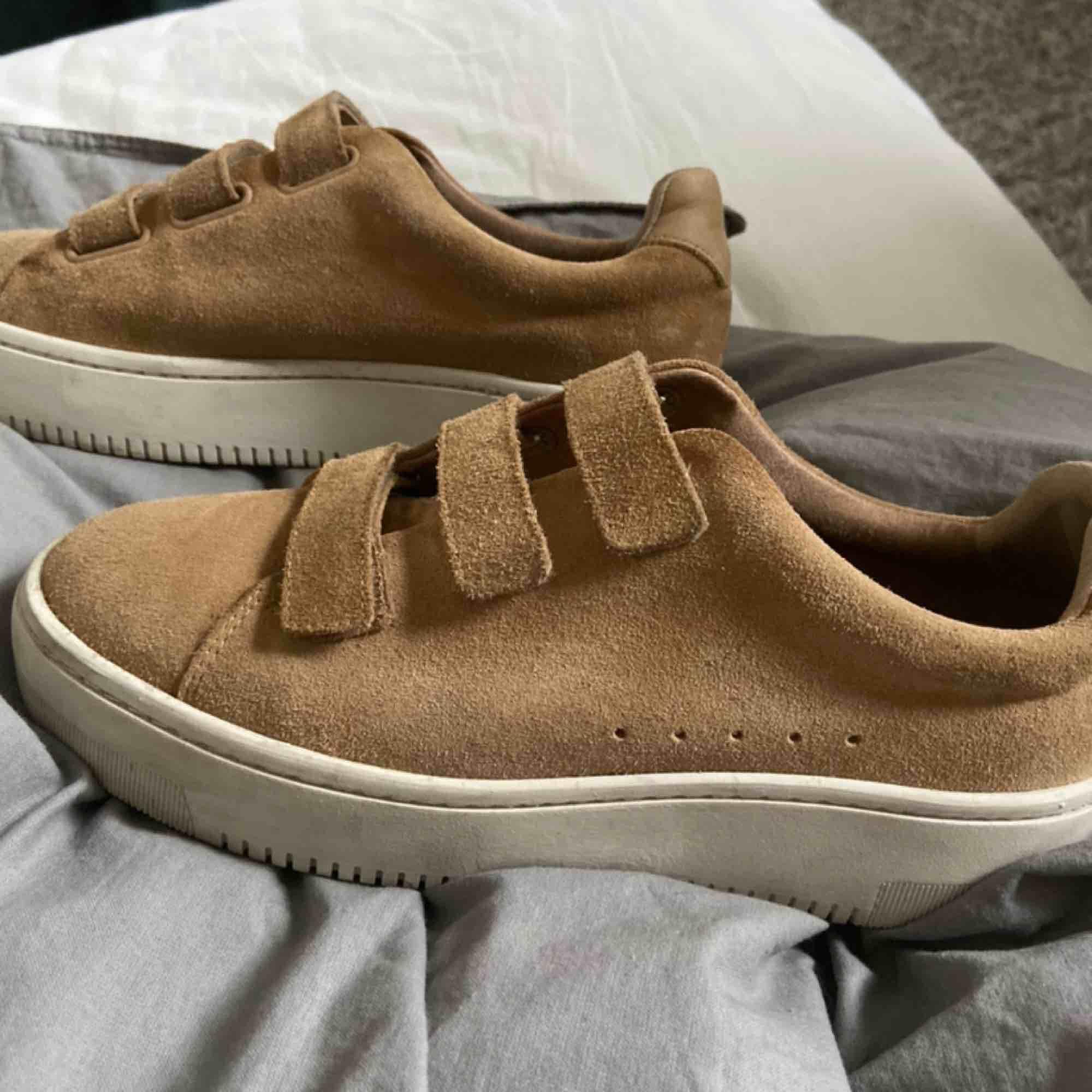 Sandro Paris skor strl 39 köpta för 2500kr Säljes pga ingen användning av dem! PRISET KAN DISKUTERAS! Dustbag finns. Skor.