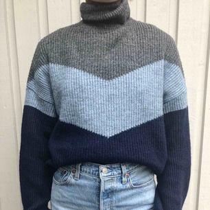 En otroligt fin och mysig stickad tröja! Perfekt nu till hösten och vintern! Inga anmärkningar på denna, som ny! Köparen står för frakten🥰