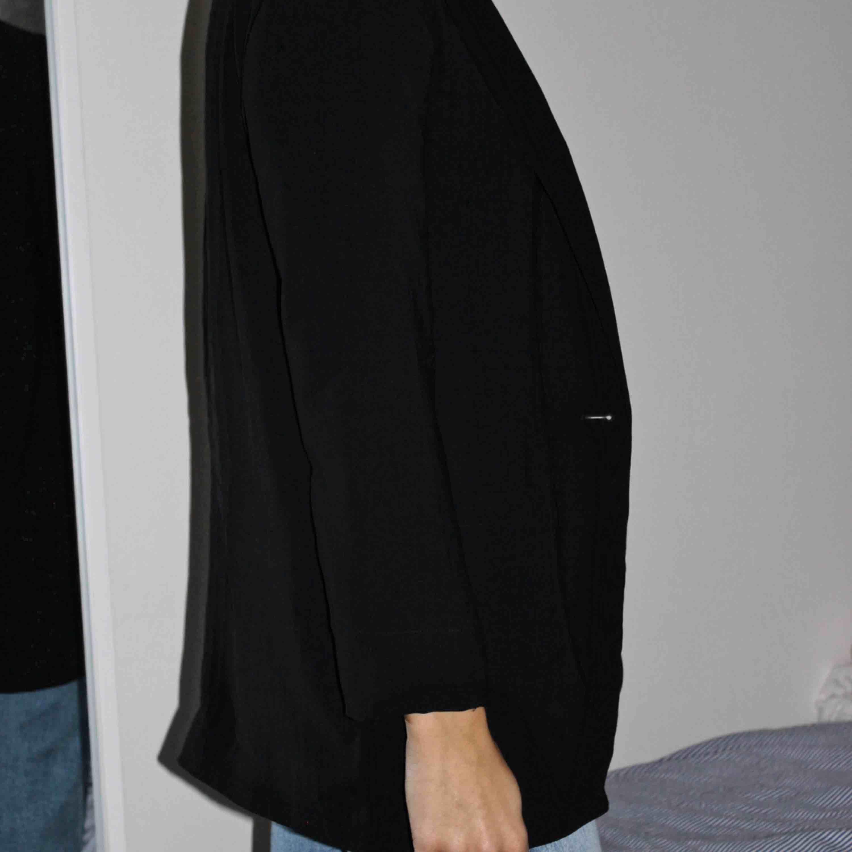 Vad är inte snyggare än en svart blazer? Denna är relativt tunn och har en fin passform! Köparen står för frakten🥰. Kostymer.