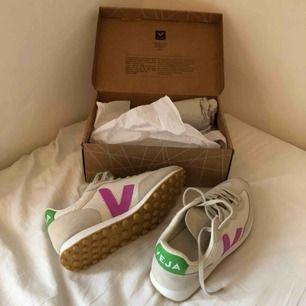 """Säljer dessa oanvända (endast provade) Veja sneakers, modell """"Rio Branco"""". Strl 41 men är små i storleken så mer som 40. Suuupersnygga och helt slutsålda! Säljer då de tyvärr är för små :/"""