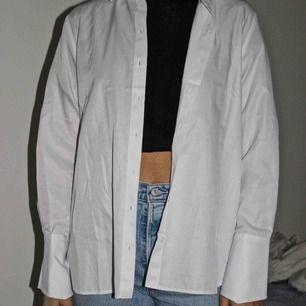 En sprillans ny skjorta från nakd! Prislapp sitter kvar! Väldigt snygg men kommer ej till användning:( köptes för 400kr, köparen står för frakten🥰