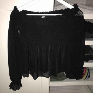 Off shoulder topp i mesh från Gina tricot strl S