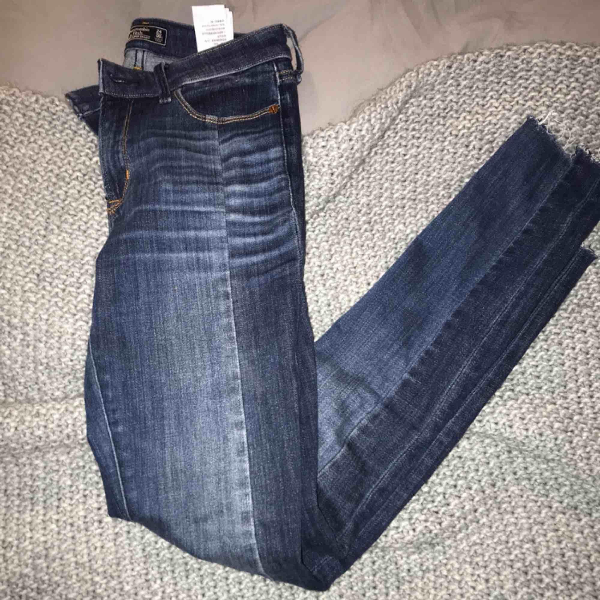 Tajta jeans från abercrombie strl 24 (00r). Jeans & Byxor.
