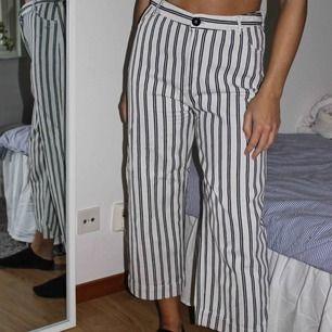 Ett par byxor från monki, väldigt stretchiga och sköna! En croppad modell! Köparen står för frakten🥰