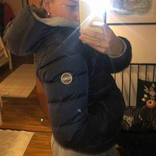 Säljer min marinblåa dunjacka från Colmar. Jackan ser helt ny ut, har inget slitage. Vid intresse kan jag skicka flera bilder! Kan mötas upp i Stockholm annars står köparen för frakten!