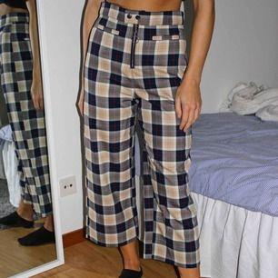 Fantastiska byxor, sitter som en smäck! Passar bra till den tidigare blazern med samma mönster! Croppad modell! Köparen står för frakten🥰