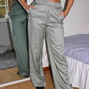 Riktigt snygga ljusgröna och glansiga byxor! Högmidjade och relativt långa i benen, modellen är 170cm! Köparen står för frakten🥰