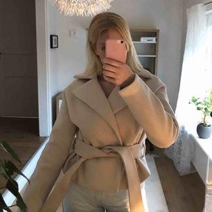 Säljer denna fina korta kappa från Rut&Circle. Köpte den på plick för 620kr och har inte använt den eftersom att den inte var rätt stil för mig. Jätte fint skick och frakten ingår, kan även göra det spårbart! ☺️💘
