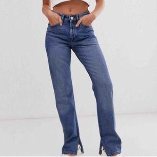 """Suuper snygga högmidjade jeans med """"slit"""" vid sidorna, från Monki. I storlek 36/38. Helt oanvända, nypris 449kr. ✨"""
