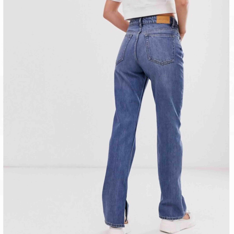 """Suuper snygga högmidjade jeans med """"slit"""" vid sidorna, från Monki. I storlek S/28, men är ganska stora i storleken. Nypris 400kr. ✨ ( Högsta budet just nu ligger på 305kr + frakt 💛). Jeans & Byxor."""