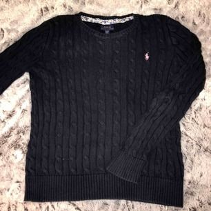 Marinblå Polo Ralph Lauren kabelstickad tröja! Inga skador, köpt för 1 095kr säljer för 400kr ( 59kr frakt )