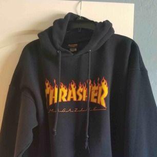 En svart trasher hoodie, säljer då jag inte använder längre, bra skick. Den är L men liten i storleken så skulle säga att den passar S-M💛frakt tillkommer på endast 30kr då vi delar frakt