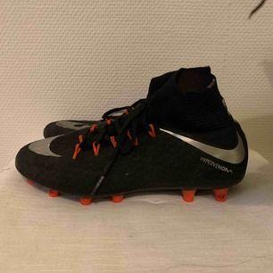Hyfsat nya fotbollsskor från Nike, Hypervenom. Köpta 2016 och använda två gången sen dess. Jag har vanligt vis 37 i skor. Dessa är i strl 40, men väldigt små i strl. Så passar från 37-40. Kan mötas i Sthlm och fraktar. (Frakt ingår)