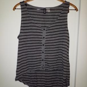 Randigt linne, längre bak och kortare fram
