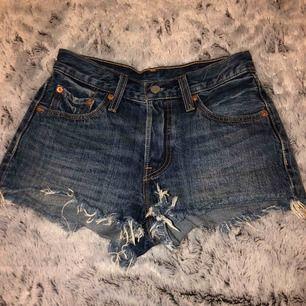 Levis 501 shorts! Använda 1-2 gånger så dom är som nya. Inte slitna alls märket är som nytt också!  Nypris 400kr och säljer för 200kr ( 59kr frakt )