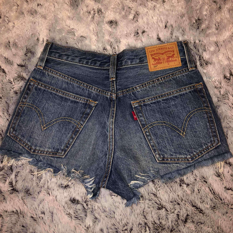 Levis 501 shorts! Använda 1-2 gånger så dom är som nya. Inte slitna alls märket är som nytt också!  Nypris 400kr och säljer för 200kr ( 59kr frakt ). Shorts.