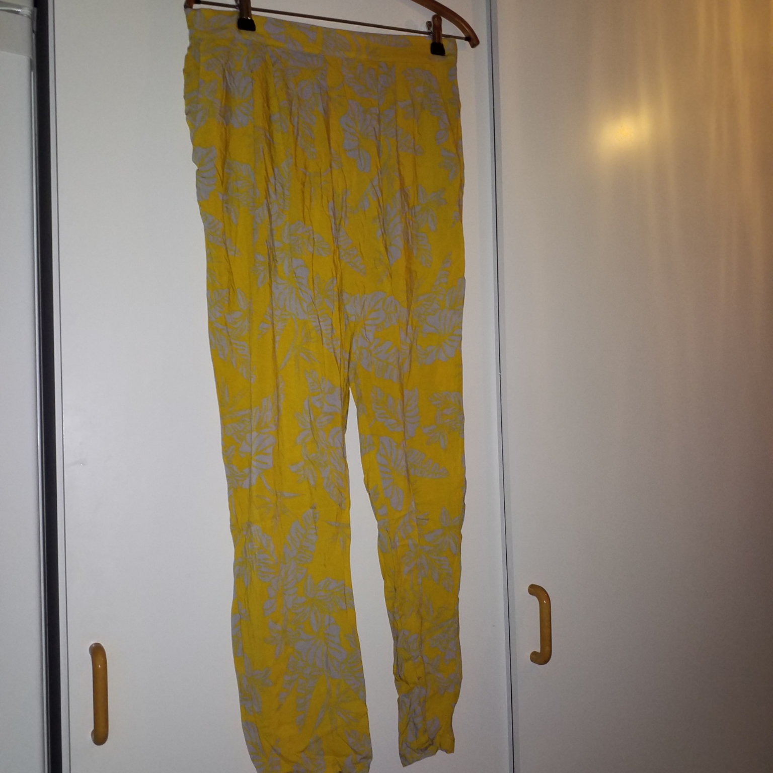 Mysiga byxor med fickor och resår i midjan. Jeans & Byxor.