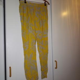 Mysiga byxor med fickor och resår i midjan